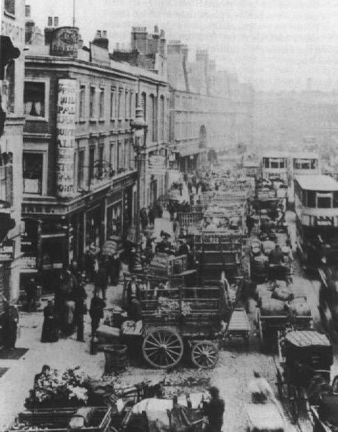 Carts and carriages pack Cable Street in 1902